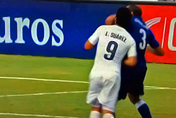 Уругвай - Италия: Суарес покусал Кьеллини